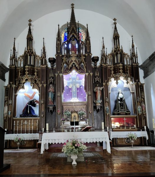 trives inglesia altar